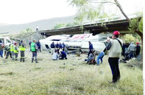 Sale camión de NLD y vuelca; 7 muertos