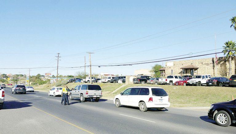 Un motociclista fue llevado a San Antonio, Texas, tras chocar la tarde de ayer con un automóvil en el cruce de carretera a Zapata y River Hill. FOTO: CORTESÍA