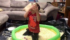 Niño, fanático del popcorn, recibió un regalo de su padre