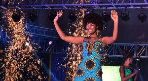 VIDEO: Se corona Miss África 2018 y se le prende fuego el pelo