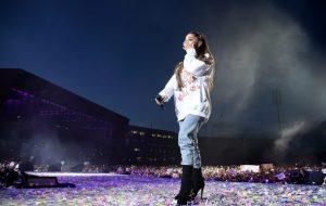 Ariana Grande rechaza condecoración de Reina Isabel