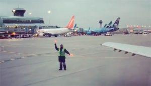 VIDEO: Guía de aviones conquista las redes con singular baile