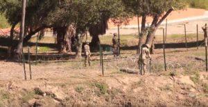 Soldados estadounidenses cercan con alambre de púas la frontera
