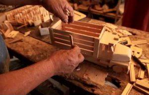 Juguetes de madera, tradición que resiste a pie de carretera