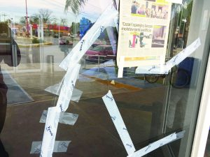 Tapan con papel periódico grieta de puerta en biblioteca