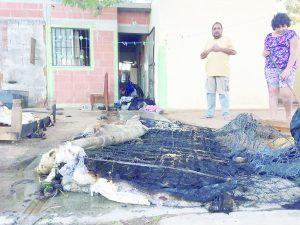 Se quema ropa  a una familia