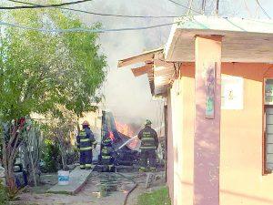 Destruye incendio una vivienda; salvan otras dos