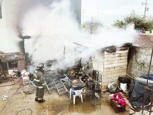 Consume fuego casa de madera