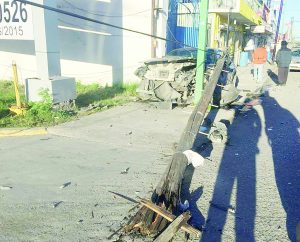 Tumba un poste, pero no sufre heridas graves
