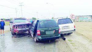 Chocan de frente tres vehículos