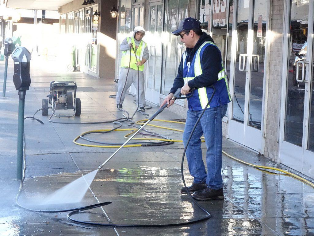 Trabajan voluntarios en imagen de Laredo