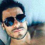 Carlos Rivera derrite las redes con ajustado traje de baño (FOTO)
