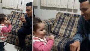 Niña trata de comunicarse con su padre sordo en lengua de señas