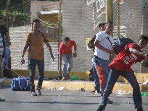 A pedradas, expulsan a caravana de migrantes de Guatemala