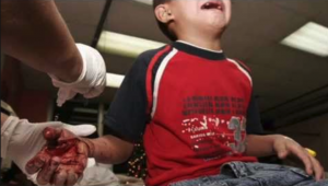 'Vuela' cohete 4  dedos a un niño