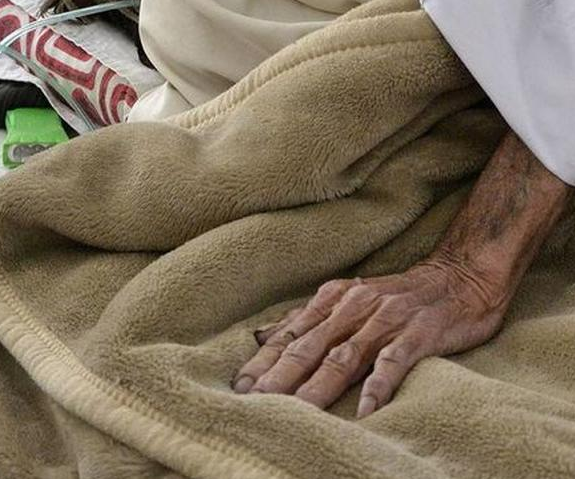 Cinco jóvenes atacan sexualmente a anciano