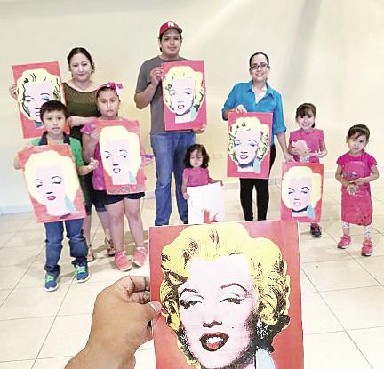 Instruyen a los niños en el arte