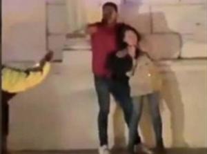 Apuñala y mata a su pareja embarazada frente a policías
