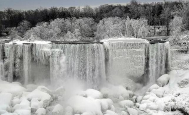 Tormenta invernal congela Cataratas del Niágara