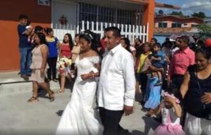 Para ahorrar dinero, maestro en Oaxaca se casa en escuela
