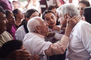 Presenta AMLO beneficios para adultos mayores