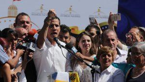 Guaidó se juramenta como presidente de Venezuela, Trump lo reconoce de inmediato