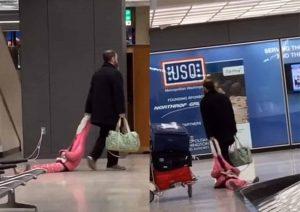 Hombre desesperado arrastra a su hija por aeropuerto y se hace viral (VIDEO)
