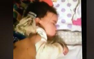 VIDEO: Madre es arrestada por despertar a su bebé arrojándole chorros de agua