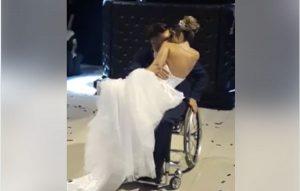 Paralítico logra ponerse de pie unos segundos para bailar vals con su esposa (VIDEO)
