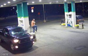 Hombre roba al estilo 'Karate Kid' en gasolinera de Estados Unidos