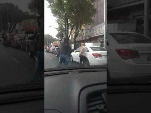 Deja meter a automovilista en la fila y ¡Acaban a golpes!
