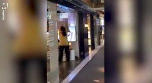 Tienda proyecta por error vídeo para adultos en sus pantallas