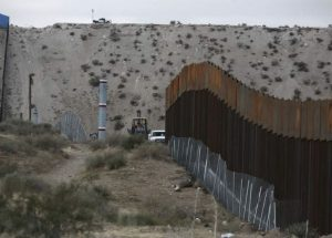 Niña migrante cae de muro fronterizo con EU