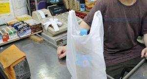 Retiran bolsas de plástico en comercios