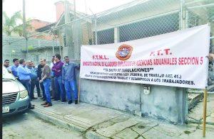 Protestan trabajadores de agencias aduanales
