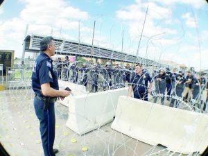 Paralizan puentes alambres, púas y CBP