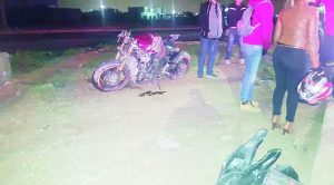 Cae con moto; derrapa más de 200 metros