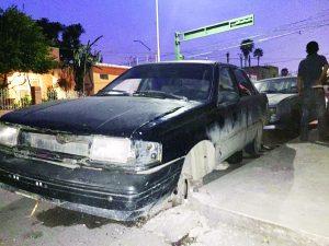Se pasa luz roja e impacta dos vehículos