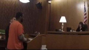 Golpea a su abogado tras recibir sentencia de 47 años de prisión