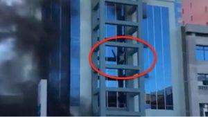 VIDEO: Se avienta del quinto piso para salvarse de un incendio en Tijuana