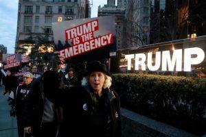 Protestan contra muro en hotel de Trump