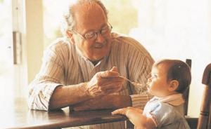 Gobierno abre la posibilidad de pagar a abuelos que cuiden de sus nietos