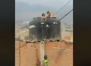 Una mujer encierra a sus hijas, de 2 y 10 años, desnudas en un tinaco
