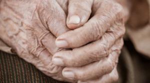 Anciana es encadenada por sus hijos para evitar que se vaya a tomar