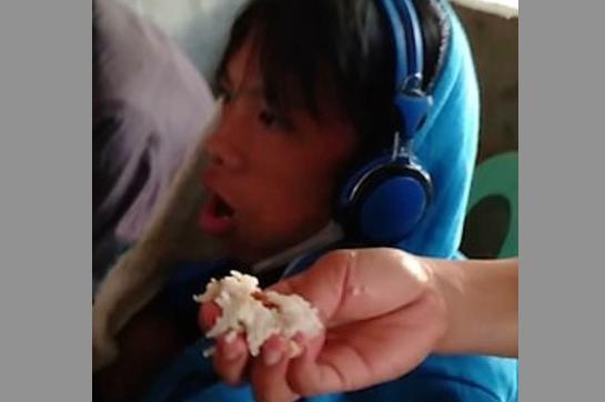 Mujer alimenta a su hijo adicto a los videojuegos