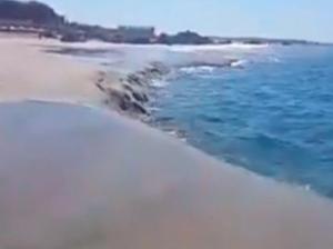 ¡Impactantes imágenes! Se hunde playa en Oaxaca