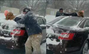 Usa a su hijo como trapo para sacar nieve de su carro y miles desatan su furia (VIDEO)