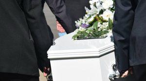 Hombre ebrio irrumpe en funeraria y abusa de un cadáver