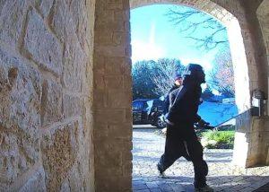 VIDEO: Ladrones novatos de Texas causan sensación con su fallido robo