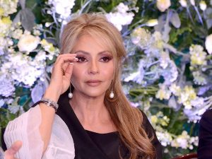 Demanda Daniela Castro a Saks OFF 5th por acusarla de robo